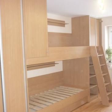 Nadstropna postelja v klasično opremljeni otroški sobi