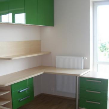 Kotne pisalne mize – primeri in ideje za ureditev kotnih delov otroških in mladinskih sob